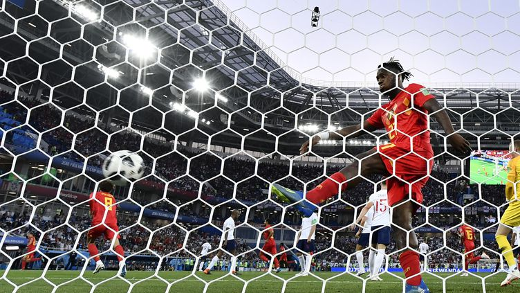 Retour à l'envoyeur ! Michy Batshuayi célèbre le but de la Belgique contre l'Angleterre en frappant dans le ballon, mais celui-ci rebondit contre le poteau et lui revient en pleine figure, lors de la phase de groupes de la Coupe du monde, le 28 juin 2018 à Kaliningrad. (DIRK WAEM / BELGA MAG / AFP)