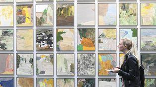 Une visiteuse passe devant une installation de l'artiste suédois Andrea Eriksson lors de la FIAC 2019. (ALAIN JOCARD / AFP)