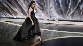 Penelope Cruz en robe Chanel au corsage orné du camélia blanc de la maison.92e cérémonie des Oscars, dans la nuit du dimanche 9 au lundi 10 février à Los Angeles. (ETIENNE LAURENT / EPA)