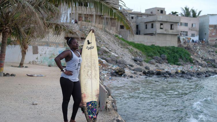Khadjou Sambea commencé à surfer à l'âge de 13 ans et était la seule fille sénégalaise à prendre les vagues, le 31 août 2020 sur l'île de Ngor à Dakar. (SADAK SOUICI / LE PICTORIUM / MAXPPP)