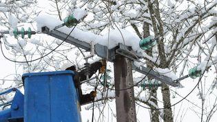 Les premières chutes de neige jeudi 14 novembre sur une partie de la France ont provoqué une panne électrique assez importante. Comment l'expliquer ? Sommes-nous en retard dans l'enfouissement du réseau ? (REMY GABALDA / AFP)
