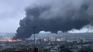 Le panache de fumée noire au-dessus de Rouen (Seine-Maritime), le 26 septembre 2019. (JEAN-JACQUES GANON / AFP)