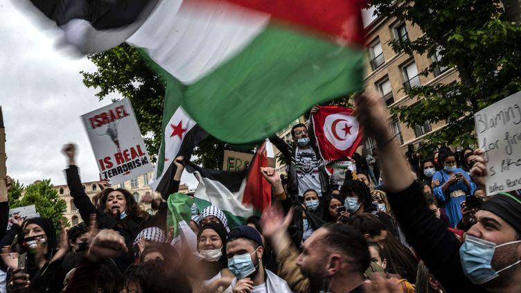 Des manifestants en soutien aux Palestiniens à Marseille, le 15 mai 2021. (CHRISTOPHE SIMON / AFP)