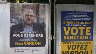 Une affiche en faveur de l'élection du militant RN Philippe Vardon aux municipales, à Nice (Alpes-Maritimes), le 25 juin 2020. (ARIE BOTBOL / HANS LUCAS / AFP)