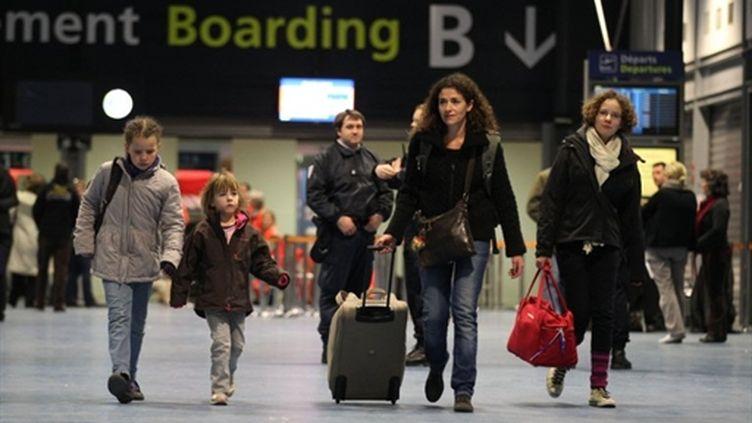 Français rapatriés de Libye arrivant à l'aéroport de Roissy le 23 février 2011 (AFP - THOMAS SAMSON)