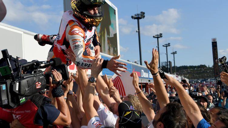 Marc Marquez fête comme il se doit son 3e titre MotoGP (TOSHIFUMI KITAMURA / AFP)