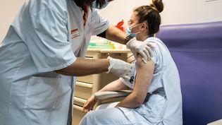 Une personne reçoit une injection de vaccin contre le Covid-19 à Bordeaux (Gironde), le 19 mai 2021. (BURGER / PHANIE / AFP)