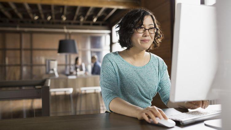 Au Japon, certaines entreprises interdisent aux femmes de porter des lunettes. (HERO IMAGES)