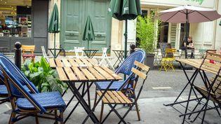 Une terrasse de restaurant installée à Paris, le 2 juillet 2020. (MAXPPP)