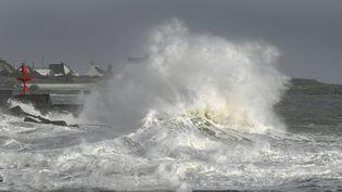 Une forte vague provoquée par des vents violents à Plobannalec-Lesconil, dans le Finistère, le 2 février 2017. (MAXPPP)
