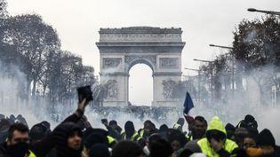 """Des """"gilets jaunes"""" à Paris, le 8 décembre 2018, pendant l'acte IV de leur mobilisation. (SAMEER AL-DOUMY / AFP)"""