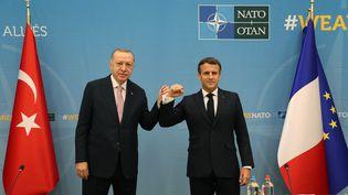 Les présidents français et turcs se sont rencontrésen amont du sommet de l'OTAN, le 14 juin 2021, à Bruxelles (Belgique). (TUR PRESIDENCY/MURAT CETINMUHURD / ANADOLU AGENCY / AFP)