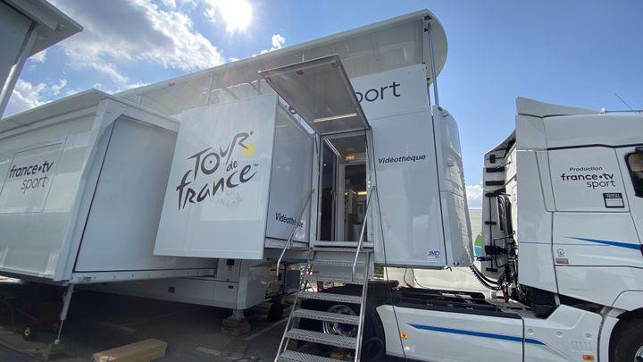 Le camion-régie pour la la retransmission des images du Tour de France en direct par France Télévision, septembre 2020. (FANNY LECHEVESTRIER / RADIO FRANCE)