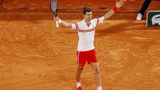 Roland-Garros, vendredi 11 juin 2021. Match de légende de plus de quatre heures en demi-finale du tournoi. Le serbeNovak Djokoviccélèbre sa victoire contre l'espagnolRafael Nadal. (NICOL KNIGHTMAN / DPPI / AFP)