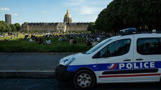 Une voiture de police à Paris, le 21 mai 2020. (JEROME GILLES / NURPHOTO / AFP)