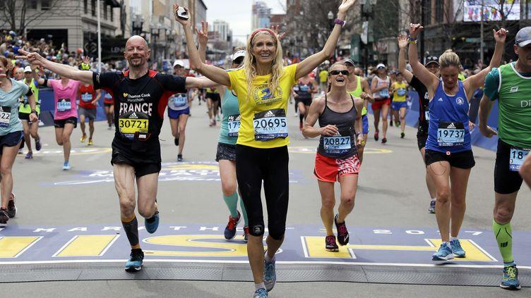 Sur la ligne d'arrivée du marathon de Boston (Massachussetts), le 17 avril 2017. (ELISE AMENDOLA/AP/SIPA)