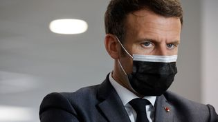 Emmanuel Macron visite un centre d'appel de la Sécurité sociale française consacré à la vaccination Covid-19, le 29 mars 2021 à Créteil (Val-de-Marne). (LUDOVIC MARIN / AFP)