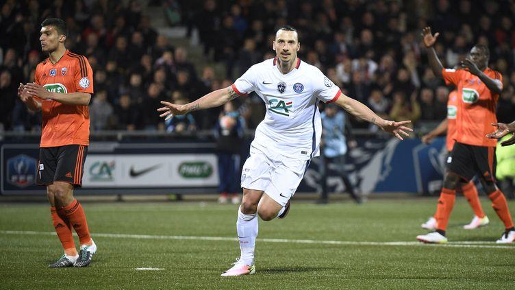 Zlatan Ibrahimovic célèbre son but inscrit contre Lorient en demi-finale de la Coupe de France, mardi 19 avril 2016 sur la pelouse du Moustoir. (DAMIEN MEYER / AFP)