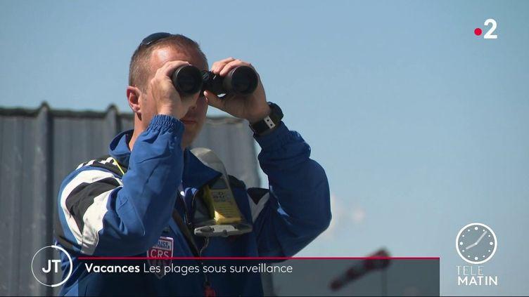 Un CRS surveillant la plage. (France 2)