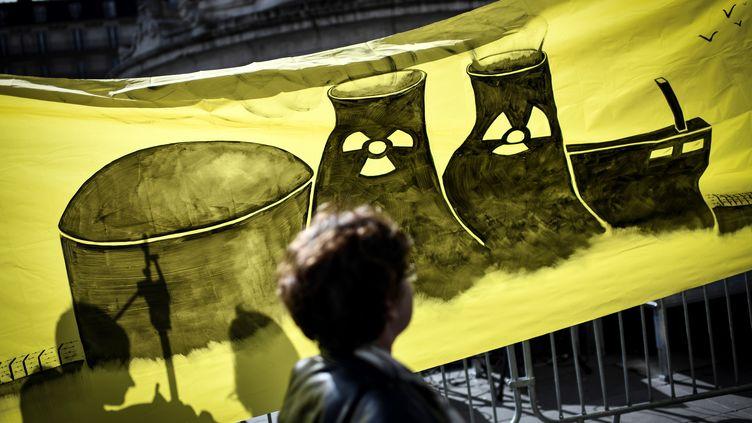 Un manifestant le 12 mars 2018 à Paris, sept ans après la catastrophe Fukushima au Japon. (STEPHANE DE SAKUTIN / AFP)