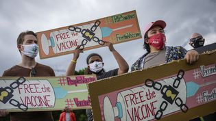 Des activistes demandent un accès mondial aux vaccins contre le Covid-19 lors d'une manifestation à Washington (Etats-Unis- le 5 mai 2021. (DREW ANGERER / GETTY IMAGES NORTH AMERICA / AFP)