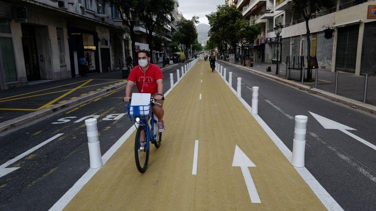 Un homme circule sur une piste cyclable à Nice, le 13 mai 2020 (photo d'illustration). (VALERY HACHE / AFP)