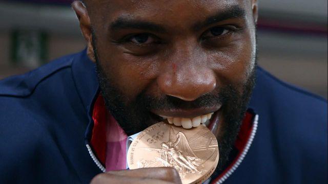 Parti pour aller chercher un troisième titre olympique, Teddy Riner repart avec le bronze de Tokyo. Pas de triplé doré mais le monstre français offre une 13e médaille au clan tricolore.