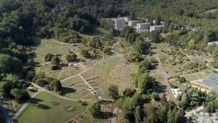 Pour sa série sur les parcs et jardins, France 2 vous offre un bol d'air dans le jardin botanique du Montet, près de Nancy (Meurthe-et-Moselle). À la découverte de ce lieu de promenades et d'études. (France 2)