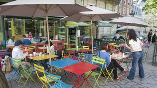 Un café dans le 18e arrondissement de Paris. La restauration, comme l'hôtellerie, est particulièrement concernée par le travail le dimanche, explique l'Insee dans son étude publiée mercredi 19 novembre 2014. (DANIEL THIERRY / PHOTONONSTOP / AFP)