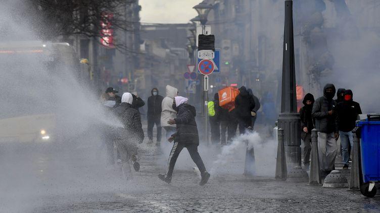 Des casseurs affrontent les forces de l'ordre en marge d'une manifestation antiraciste à Liège, en Belgique, le 13 mars 2021. (JOHN THYS / AFP)