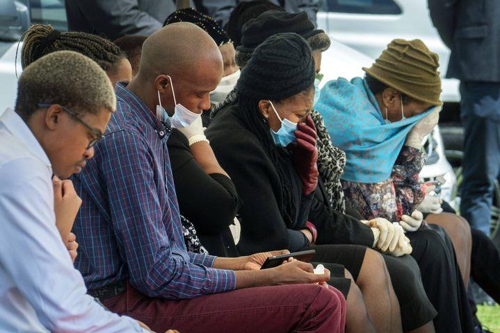 Des Sud-Africains assistent, le 16 avril 2020 près de Johannesburg, à la cérémonie funéraire d'un de leurs proches, mort du coronavirus quatre jours plus tôt. (JEROME DELAY/AP/SIPA / SIPA)