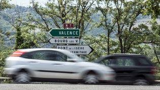 Des voitures circulent sur la route nationale N7 entre Gervans et Valence. Photo d'illustration. (JEAN-PHILIPPE KSIAZEK / AFP)
