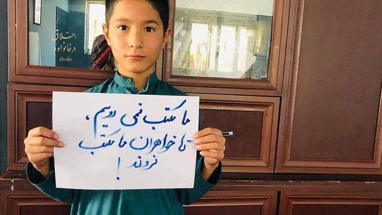 """Rohullah,avec une pancarte : """"nous n'irons plus à l'école sans nos sœurs."""" sur le compte Twitter de @YaldaHakim. (CAPTURE D'ECRAN)"""