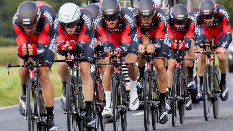 L'équipe BMC en plein effort sur le contre-la-montre par équipes (VINCENT JANNINK / ANP)