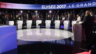 Les onze candidats à l'élection présidentielle débattent sur le plateau de BFMTV et CNews, le 4 avril 2017. (LIONEL BONAVENTURE / AFP)