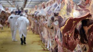 Des carcasses de viande au marché de Rungis, en région parisienne, le 19 novembre 2015. (ADRIEN MORLENT / AFP)