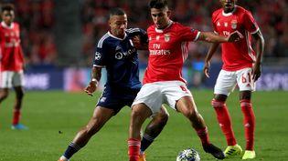 Memphis Depay (Lyon) face à Gabriel (Benfica) lors du match de Ligue des championns entre Lyon et Benfica en octobre 2019. (PEDRO FIUZA / NURPHOTO)