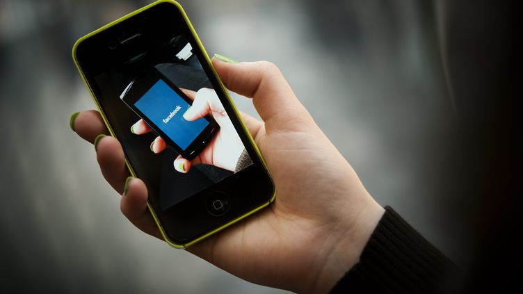 Facebook s'apprête à lancer son propre smartphone. (JAN HAAS / PICTURE ALLIANCE / AFP)