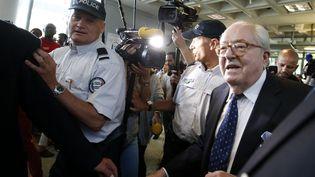 Jean-Marie Le Pen arrive au tribunal de grande instance de Nanterre (Hauts-de-Seine), le 12 juin 2015. (CHARLES PLATIAU / REUTERS)