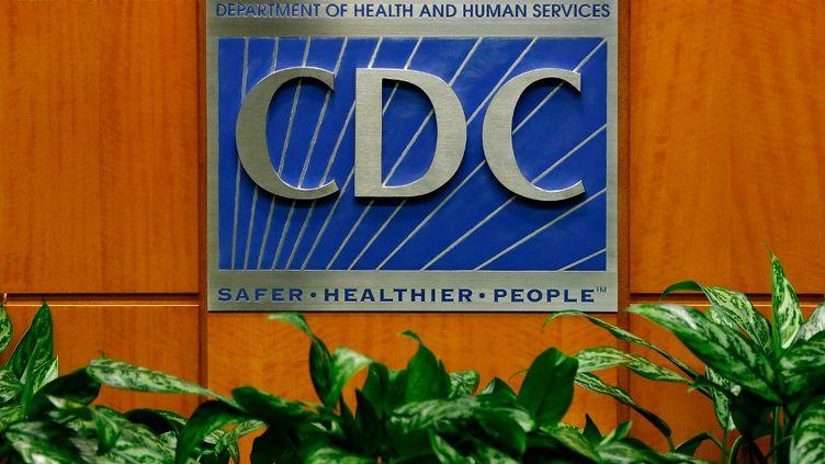 Une photo de la plaque du CDC, le centre de contrôle et de prévention des maladies aux Etats-Unis, à Atlanta, le 5 octobre 2014. (KEVIN C. COX / GETTY IMAGES NORTH AMERICA / AFP)