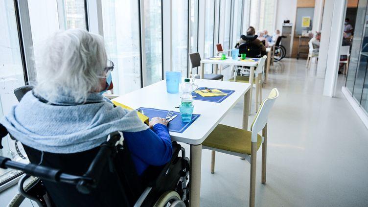 Une résidente attend son déjeuner dans un Ehpad à Paris, le 4 mars 2021. (MARTIN BUREAU / AFP)