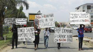 Des manifestants zambiens marchent jusqu'au Parlement de Lusakapour protestercontre la corruption du gouvernement, le 29 septembre 2017. (DAWOOD SALIM / AFP)