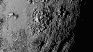Des montagnes photographiées à la surface de Pluton, sur un cliché transmis par la sonde New Horizons et diffusé par la Nasa, le 15 juillet 2015. (NASA / JHU APL /SWRI)