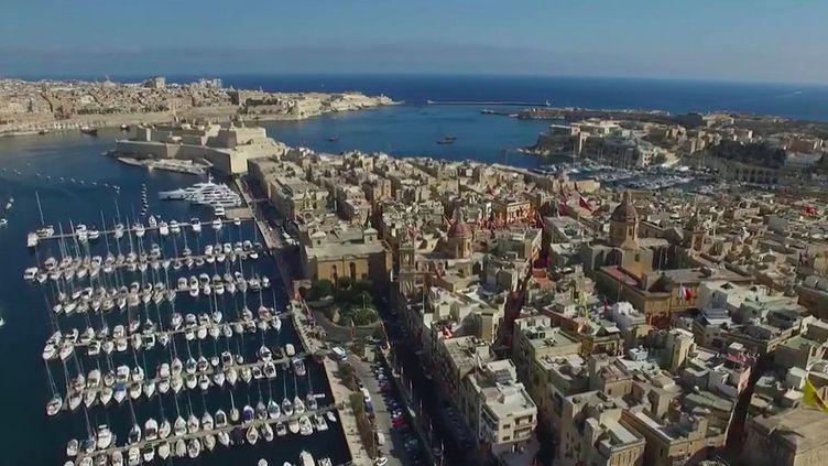 Pour faire revenir les touristes, l'île de Malte leur demande d'être vaccinés, ou de fournir un test PCR négatif à leur arrivée. Des bons de plusieurs centaines d'euros sont même offerts en cas de réservation. (France 2)