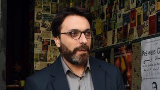 Le réalisateurMohamed Ben Attia, le 29 janvier, devant un cinéma de Tunis.  (FETHI BELAID / AFP)