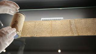 """Le rouleau de 12 mètres du manuscrit autographe des """"Cent Vingt jours de Sodome"""", écrit en 1785 par le marquis de Sade emprisonné à la Bastille, a changé de mains de nombreuses fois. (CHRISTOPHE ENA / AP / SIPA)"""