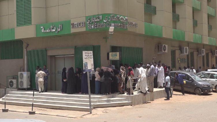 Au Soudan, c'est la crise économique qui a déclenché la crise politique. Mais cette crise ne s'est pas achevée avec la chute de l'ancien président Omar El Béchir. L'inflation est toujours galopante. Et trouver de l'argent liquide à Khartoum reste difficile. (Soudan : la crise économique derrière la crise politique)