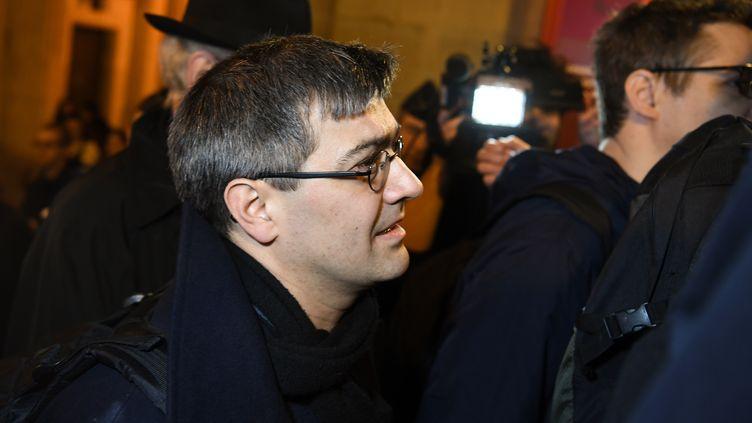 Julien Coupat, le leader du groupe de Tarnac, arrive au tribunal à Paris, le 13 mars 2018. (ALAIN JOCARD / AFP)