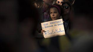 Une femme participe à un rassemblement de soutien aux migrants, le 6 septembre 2015, à Lyon (Rhône). (JEAN-PHILIPPE KSIAZEK / AFP)