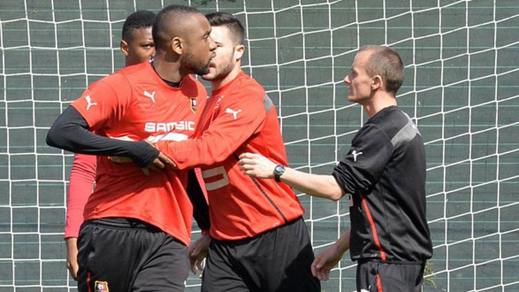 Jean Armel Kana Biyik retenu par ses coéquipiers alors qu'il est pris à parti par des supporters de Rennes